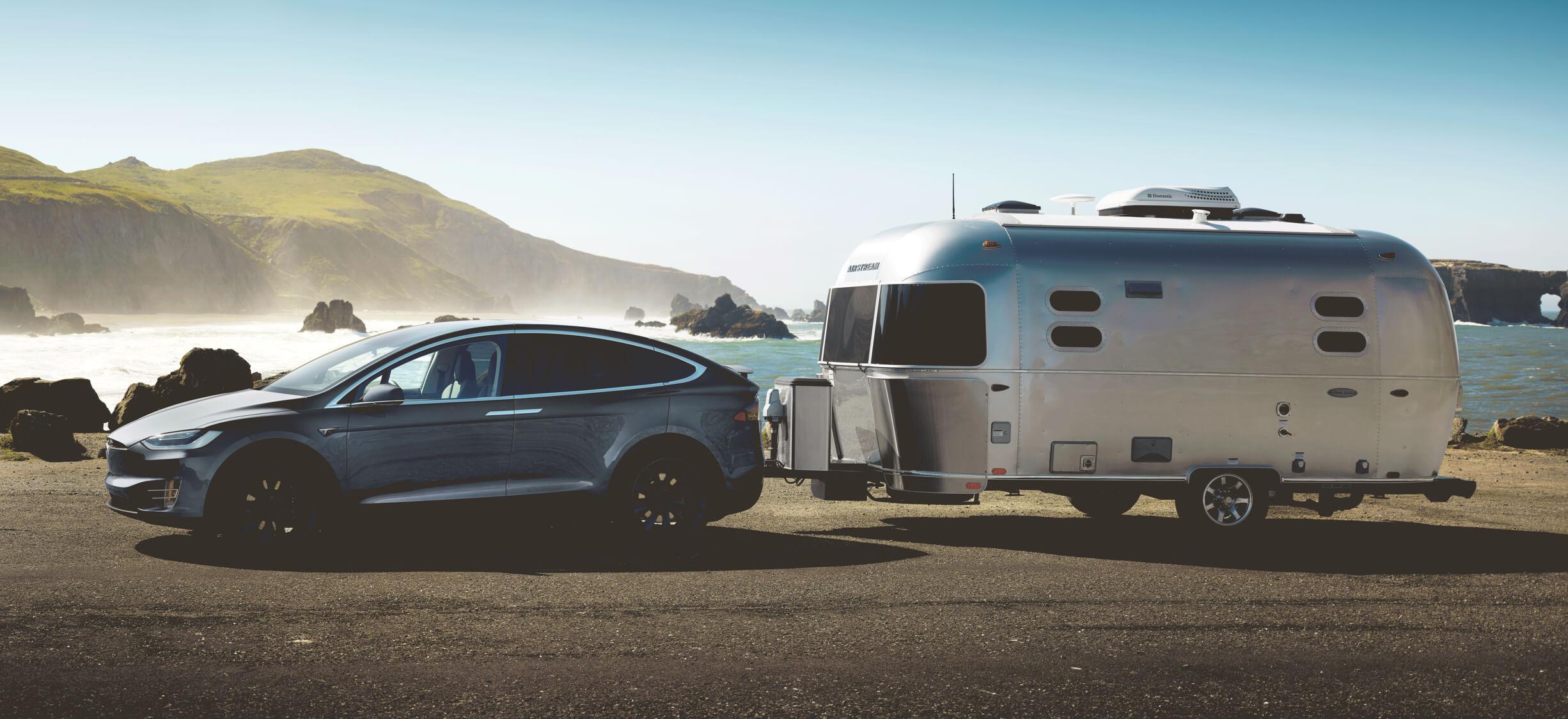 午夜银金属漆 Model X 牵引银色旅行拖车