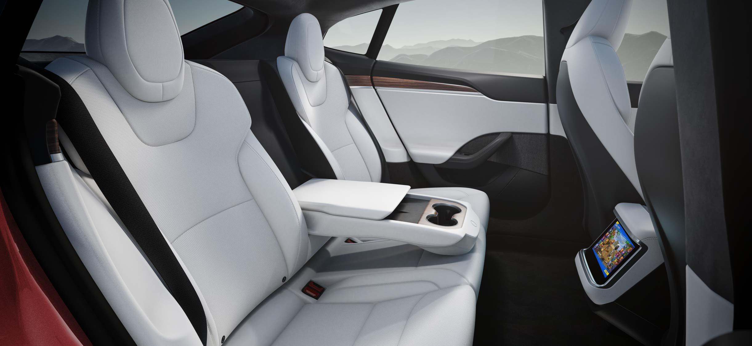 Model S 第二排视角,显示屏和无线充电