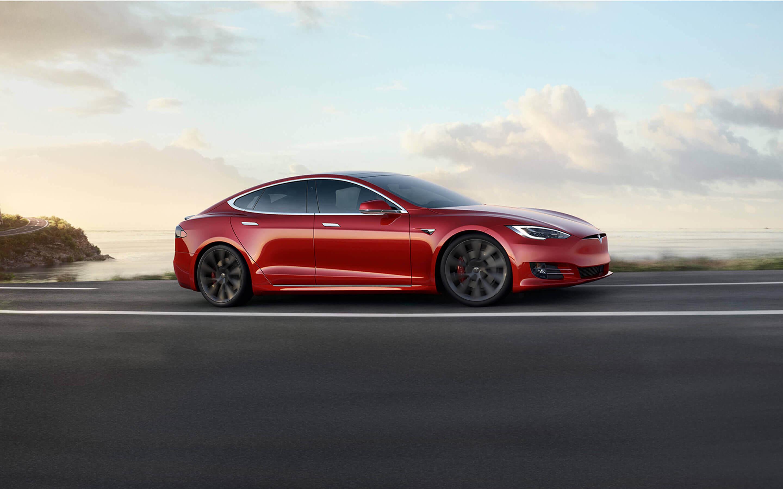 红色 Model S 在海滨高速路上驰骋